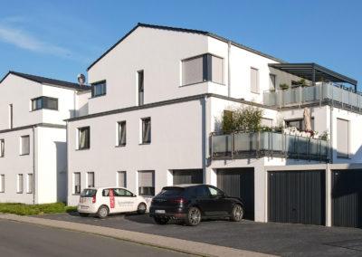 Mehrfamilienwohnhaus mit Garagen und Carportanlage